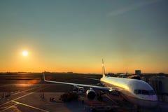 Крупный аэропорт на заходе солнца Стоковые Изображения RF