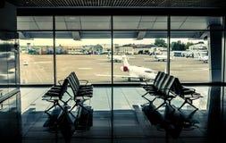 Крупный аэропорт с взглядом взлётно-посадочная дорожка Стоковые Фото