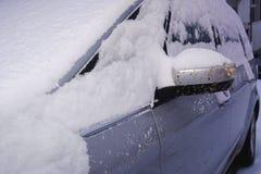 Крупный план автомобиля покрытого с снегом Серебряный автомобиль в зиме Стоковая Фотография