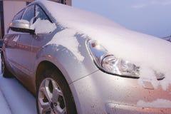 Крупный план автомобиля покрытого с снегом Серебряный автомобиль в зиме Стоковые Изображения RF