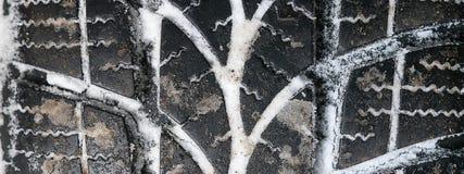 Крупный план автошин автомобиля в зиме зима профиля шины снежка Стоковые Изображения RF