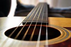 Крупный план акустической гитары стоковые изображения