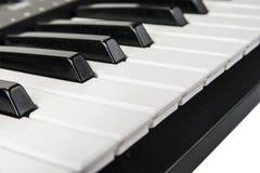 Крупный план аппаратуры клавиатуры рояля Домашний синтезатор Стоковые Изображения