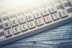 Крупный план безопасности сети слов сформированной деревянными блоками в типе случае Стоковое Фото