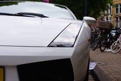 Крупный план белого супер автомобиля припаркованного в улице стоковые изображения