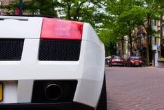 Крупный план белого супер автомобиля припаркованного в улице стоковые фотографии rf