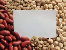 Крупный план белой бирки на сырцовых красных фасолях, чечевицах и Bac нутов Стоковая Фотография RF