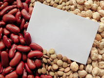 Крупный план белой бирки на сырцовых красных фасолях, чечевицах и Bac нутов Стоковые Изображения RF