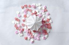 Крупный план белых меренги и серии сердца брызгает на поверхности белой бумаги стоковая фотография rf