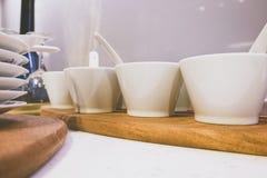 Крупный план белых плит и dinnerware стоковое изображение