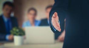 Крупный план бизнесмена давая руку для рукопожатия Стоковое Фото