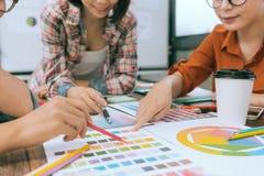 Крупный план бизнесменов команды смотря бумагу Стоковая Фотография