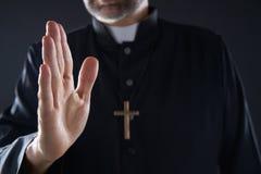 Крупный план благословением руки Pirest с крестом стоковые фото