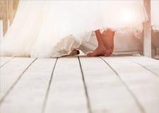 Крупный план босых ног невесты на деревянной поверхности Bac свадьбы Стоковое Фото