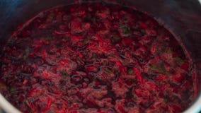 Крупный план бургундского кипя супа бураков в баке акции видеоматериалы