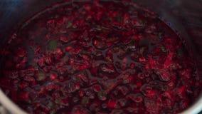 Крупный план бургундского кипя супа бураков в баке видеоматериал