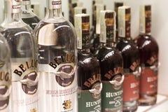 Крупный план бутылок водочки белуги на супермаркете shelves стоковые изображения rf