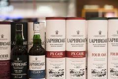 Крупный план бутылок и коробок вискиа Laphroaig Scottish на superm стоковая фотография rf