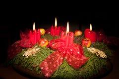 Крупный план венка пришествия с 4 горящими свечами Стоковые Фотографии RF