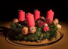 Крупный план венка пришествия, unlit свечи Стоковое Фото