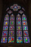Крупный план витража в соборе Нотр-Дам de Парижа в Париже Франции стоковое изображение