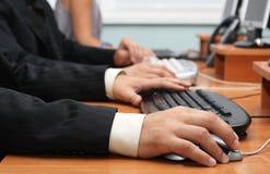 крупный план вручает взгляд мыши клавиатуры Стоковое Изображение