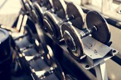 Крупный план гантели на спортзале Стоковое Изображение RF