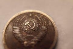 Крупный план герба СССР на старой советской медной монетке стоковые изображения