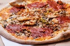 Крупный план горячей пиццы Стоковое Фото