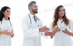 Крупный план группы в составе доктора обсуждая Стоковое фото RF