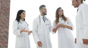 Крупный план группы в составе доктора обсуждая Стоковые Изображения