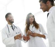 Крупный план группы в составе доктора обсуждая Стоковое Изображение
