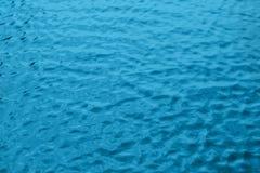 Крупный план движения воды, текстура пульсации воды, предпосылка для дизайнеров стоковые изображения rf