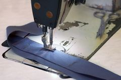 Крупный план дела портноя - части джинсовой ткани и ножниц дальше Стоковое фото RF