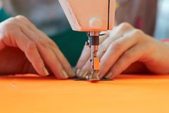 Крупный план дела ` s портноя - женские руки за ее шить Стоковая Фотография