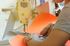 Крупный план дела ` s портноя - женские руки за ее шить Стоковая Фотография RF