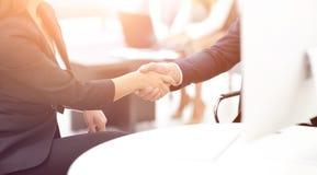 Крупный план делового партнера женщин рукопожатия дела busin Стоковые Фотографии RF