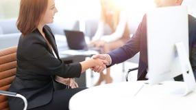 Крупный план делового партнера женщин рукопожатия дела busin Стоковое Фото