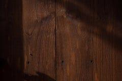 Крупный план, деревянная текстура предпосылки со светом солнца и тень Горизонтальное изображение цвета стоковая фотография rf