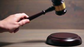 Крупный план деревянного молотка зала судебных заседаний акции видеоматериалы