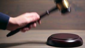 Крупный план деревянного молотка зала судебных заседаний сток-видео