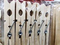 Крупный план деревянные зажимки для белья на веревке для белья Колышки одежд, одежды Стоковое Изображение RF