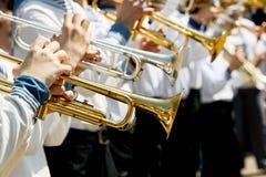 Крупный план духового оркестра ` s детей Игра детей на золотых трубах Стоковые Фотографии RF