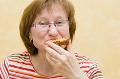 крупный план есть женщину ломтика пиццы Стоковые Фотографии RF