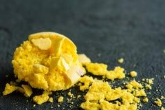 Крупный план желтых macaroons на черной конкретной предпосылке Стоковое Фото
