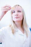 Крупный план женских исследователя/студента химии Стоковые Изображения
