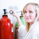 Крупный план женских исследователя/студента химии Стоковое Изображение