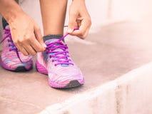 Крупный план женского бегуна фитнеса спорта получая готовый для внешний jogging Концепция фитнеса и спорта стоковые изображения
