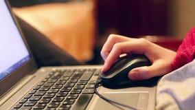 Крупный план женской руки используя мышь компьютера Мышь женщины щелкая и вебсайт перечислять Фрилансер дома видеоматериал