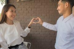 Крупный план женщины и человека вручает показывать форму сердца стоковая фотография rf
